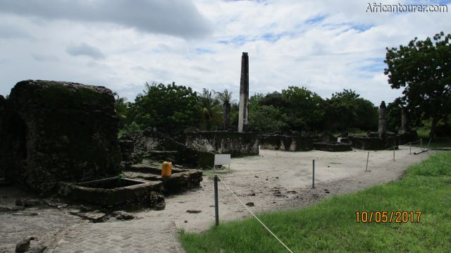 Kaole ruins, mosque (first left) with graves (centre to far right)